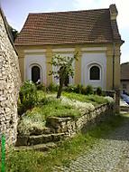 Boční pohled na renovovanou židovskou synagogu v Luži