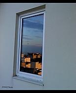 Krása západu slunce v okně