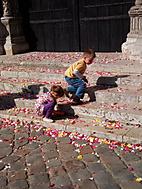 Lupienky šťastia na schodoch katedrály Chartres (France)