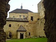 v hradu a podhradí... .)