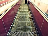 Osamělé nohy jedou do metra..