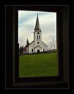 Pohled z okna zdevastovaného zámečku ve Starých Heřmínovech