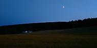 Na samotě u lesa dům stál a luna zářila jen...