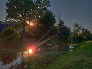 Na kole podvečer u řeky