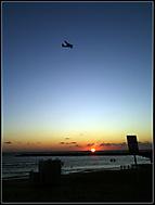 Zapad slunce na pláži v Tel Avivu