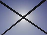 Slunce za konstrukcí mostu