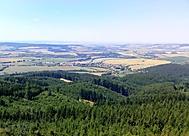 Rozhled z kamenné rozhledny na Brdu, asi 587 m.n.m. Byl pěkný výhled