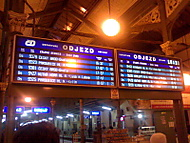 Auta stojí, vlaky jedou..