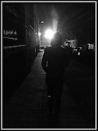 kouřící žena ve tmě plné světla
