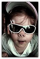 přes sklo...transmutace z děvčátka na chrochťátko...
