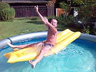 Brácha v bazénu
