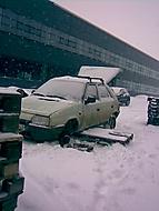 V zimě padá ledascos...
