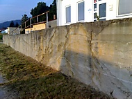 Betonová stěna  v bývalých kasárnách.