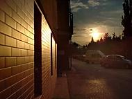 Západ slnka cez okachličkovanú stenu