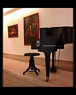 Klavír mezi obrazy