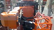 robot svařuje kostru