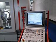 frézovací centrum s ovládacím panelem
