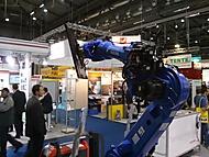 robot s připevněnou tv obrazovkou