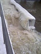 přehrada vypouští vodu