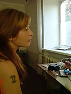 Dívka sledování televize