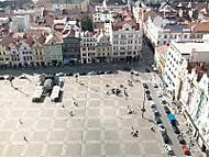 Pohled z kostelní věže chrámu sv. Bartoloměje na náměstí Republiky v Plzni